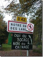 photo du panneau d'entrée dans l'agglomération NDDL décoré par les militants